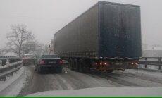 Video: Sniegputenī iestigusi fūre rada kārtējo sastrēgumu uz Dienvidu tilta pārvada