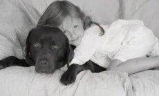 Aurēlija Anužīte ļauj sunim auklēt zīdaini