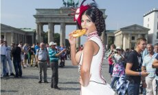 Vācu skaistule kailām krūtīm godina 'Oktoberfestu'