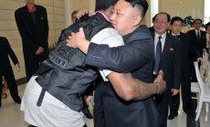 Basketbola zvaigzne Rodmens 'brāļojas' ar Ziemeļkorejas līderi