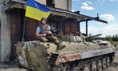 Latvietis, kurš izbraukājis Ukrainas frontes līniju, uzņem filmu 'Volontieri'