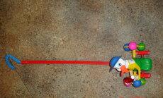 Atsauc nedrošu rotaļlietu - stumjamu pīli