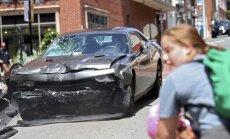 Šarlotsvilā izceļas vardarbīgas nacionālistu un pretinieku sadursmes; auto ietriecas pūlī