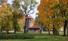 ФОТО: Озеро с островами и деревья в осенних нарядах: прогулка по парку Юмурдского поместья