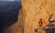 Latvijas alpīnisti pieveikuši vienu no lielākajām klinšu sienām Arābijas pussalā