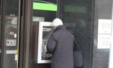 Ceļ trauksmi par banku pieejamību reģionos – līdz bankomātam jābrauc pat 60 kilometri