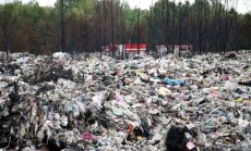 Atkritumu ugunsgrēks Jūrmalā: policija neapstiprina, ka notikusi ļaunprātīga dedzināšana