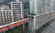 В китайском городе поезд проходит прямо сквозь 19-этажный дом (ФОТО, ВИДЕО)