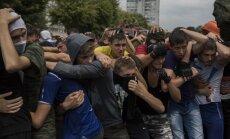 Foto: Kā jauni vīrieši Donbasā trenējas ielu nemieriem