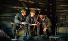 Foto: Dailes teātrī iestudēta kara laika traģikomēdija 'Droši kā tankā'