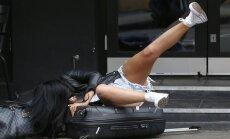 Foto: Paģiru nomocīta britu šovu zvaigzne uzvedas kā aptrakusi