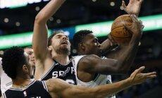 Bertāns laukumā nāk mača izskaņā; 'Spurs' piekāpjas 'Celtics'