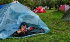 Foto: Rīts 'Laba daba'. Viesi gausi vīkstās laukā no slapjām teltīm