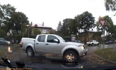 Video: Rīgā asprātis novieto savu auto krustojuma vidū
