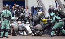 'Mercedes' nevienu nesodīs par kļūmīgo Hamiltona pitstopu