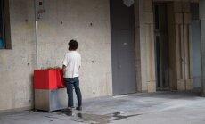 Foto: Parīzes ielās parādījušies ekoloģiski, bet ļoti publiski pisuāri