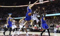 Cleveland Cavaliers guard Kyrie Irving vs Golden State Warriors Draymond Green (23), Klay Thompson (11)