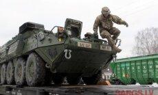 Foto: ASV armija palielina militāro klātbūtni – Garkalnē ieradušās kaujas mašīnas 'Stryker'