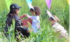 ФОТО: Ким Кардашьян помогала дочери искать пасхальные яйца