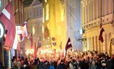 Foto: Tūkstošiem cilvēku lāpu gājienā izgaismo Vecrīgas ielas