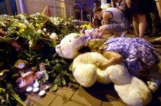 К посольству Нидерландов в Киеве принесли тонны цветов, свечи, детские игрушки