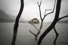 Meksikā no ūdens dzelmes paceļas 400 gadu veca baznīca