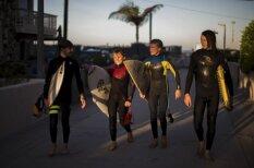 История из жизни: Эти пятеро друзей до школы каждое утро занимаются… серфингом