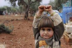 """Фото 4-летнего сирийца, """"сдающегося"""" фотожурналисту, разобьет твое сердце"""