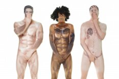 Radīti dīvaini kostīmi, kuros cilvēks izskatās plikiņš