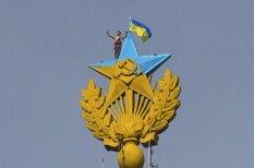 'Staļina debesskrāpja' pārkrāsotājs torņa smailē uzņem selfiju