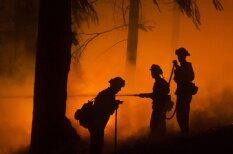 Fotogrāfs, kurš Kalifornijas ugunsgrēkā strādā kopā ar glābējiem