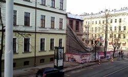 Nelāgi rībot un dārdot, jauc nost slavenāko Rīgas graustu