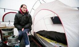 Около литовского парламента в палатке поселилась женщина: у нее отняли все