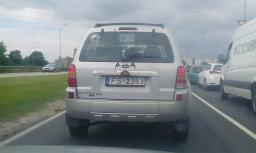 Rīgā apvidus auto aizmugurējā logā iekārta padomju simbolika