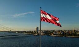 Foto: Milzu karogs uz AB dambja no putna lidojuma