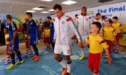 Foto: Latvijas jaunais futbolists Lazdāns Pasaules kausa finālā stadionā ieved Klozi
