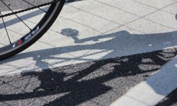 Rīgā auto uzbrauc velosipēdistam; policija aicina atsaukties lieciniekus