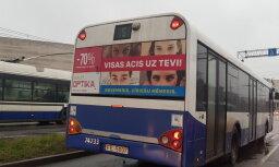 Uz 'Rīgas satiksmes' autobusiem parādījušās par seksismu kritizētā optikas salona reklāmas