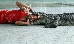 Kā es Taizemē uz krokodilu šovu gāju un krokodilu zupu ēdu