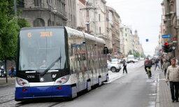 Водитель трамвая обматерил пассажира, сообщившего о спящем на полу бомже