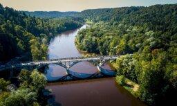 ФОТО: После реконструкции открылся мост через Гаую в Сигулде