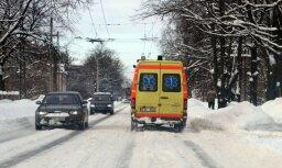 Rīgā saduras vieglā automašīna un 'ātrās palīdzības' dienesta auto