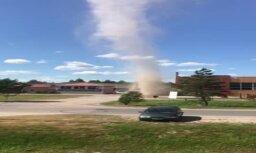 ВИДЕО: В Елгаве смерч сорвал крыши с двух зданий
