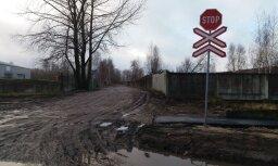 Nevajadzīga zīme? Lasītāju mulsina brīdinājums pie neesošas pārbrauktuves Daugavgrīvā