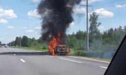 Video: Saulkrastu novadā ar atklātu liesmu nodeg auto