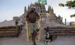 Foto: Pašpasludināts brazīliešu ķēniņš jau 22 gadus dzīvo smilšu pilī
