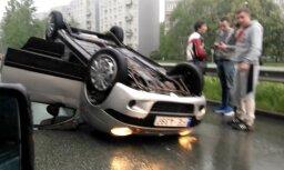 Video: Pie Dienvidu tilta uz jumta apkritis auto