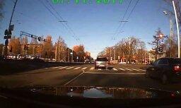 Video: Automašīna ignorē sarkano gaismu krustojumā pie skolas Iļģuciemā