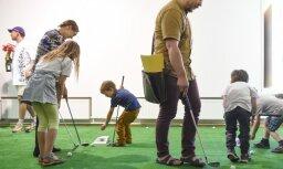 Foto: Ar performanci 'Arsenālā' atklāta izstāde 'Mīlas viesulis Golfa klubā'
