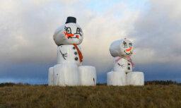 """""""Главное - быть оптимистами!"""" На Псковском шоссе """"построили"""" огромных снеговиков из сена"""